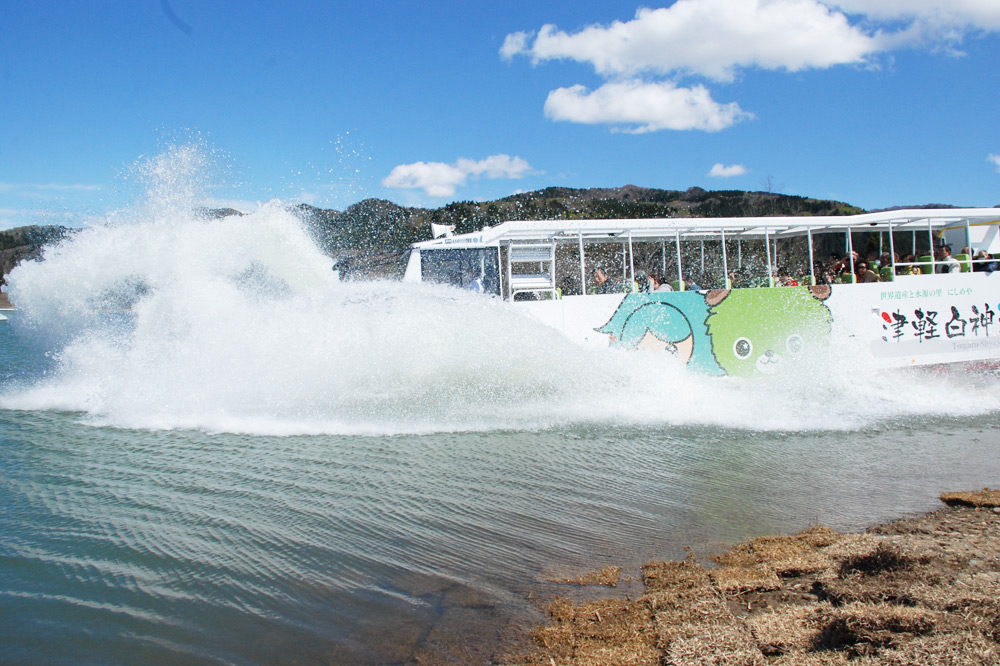 Experience the Tsugaru Shirakamiko Lake in a Bus!? Our Amphibious Bus